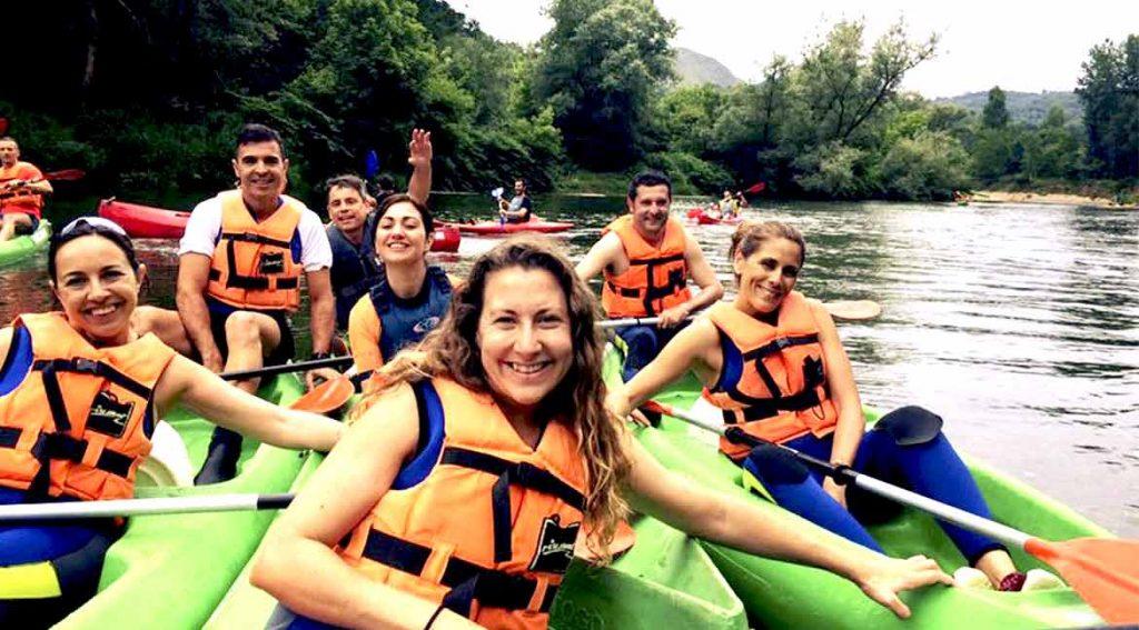 Amigos haciendo descenso del sella en canoa