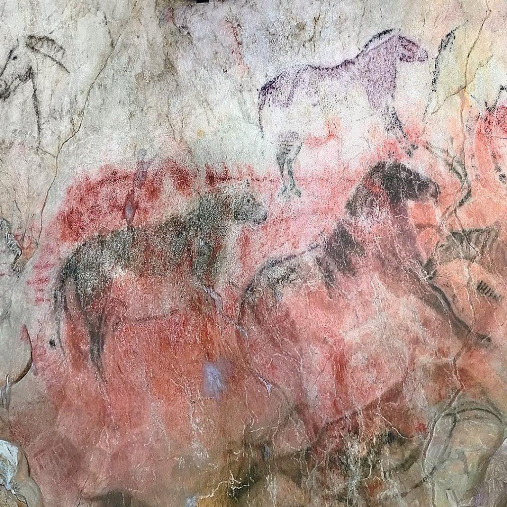 Pinturas en el interior de la cueva de Tito Bustillo