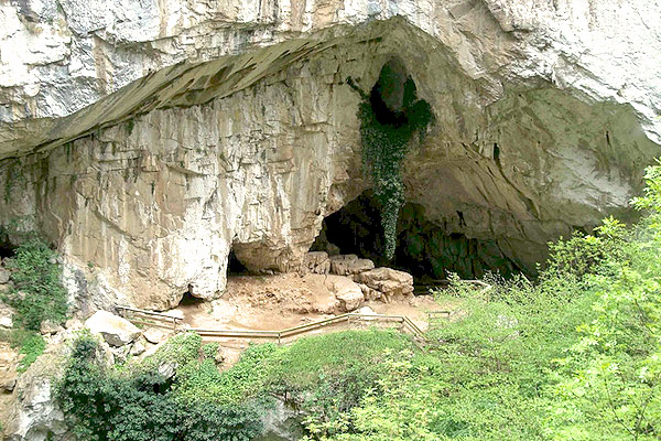 Entrada a la cueva Huerta en Teverga
