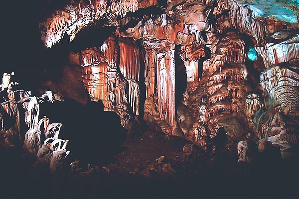 Majestuosidad del interior de la cueva La Peña ubicada en Candamo