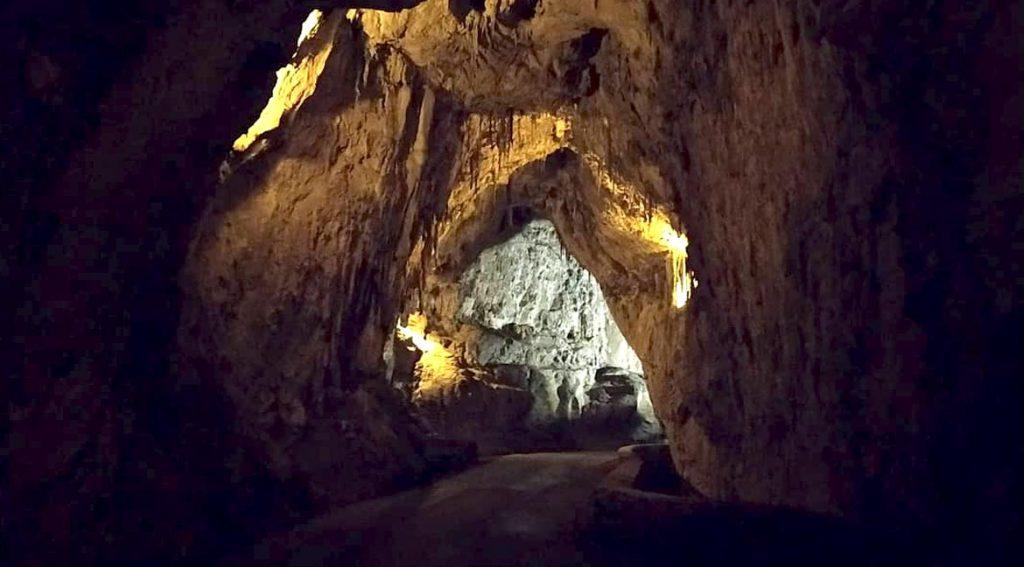 La cueva asturiana de La cuevona, en el pueblo de Cuevas