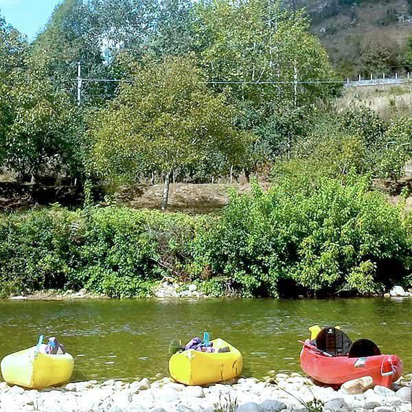 Canoas reposando tranquilamente en las aguas del río Sella en Asturias